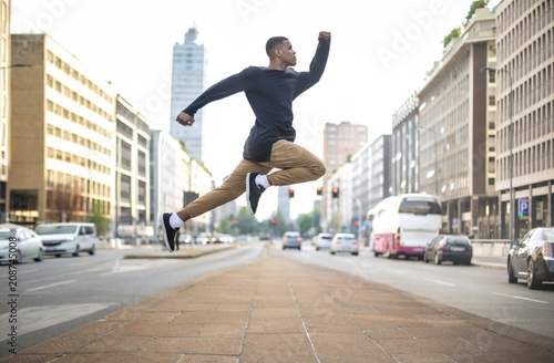 Canvas Milan Sportive guy jumping high in the street