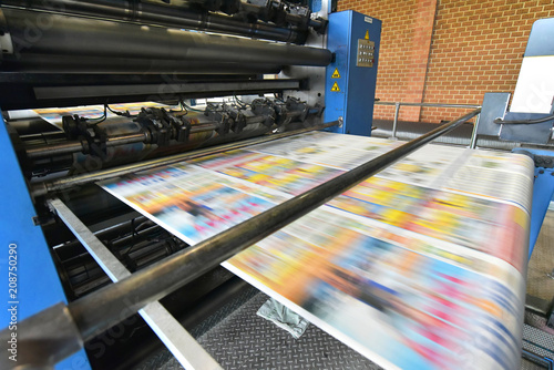 canvas print picture newspaper printing with a roller offset printing machine in a printing house // drucken einer Tageszeitung in einer Großdruckerei mit Rollen-Offset Maschine