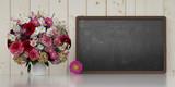 Blumenstrauß neben Tafel zur Gratulation - 208756064