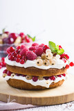 Cake with cream cheese and fresh berries - 208762284