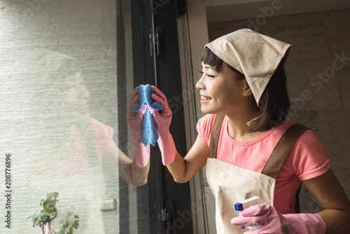 Foto Murales housekeeper woman wiping
