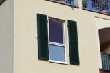 Fenster mit Klappladen aus Holz, Außenaufnahme