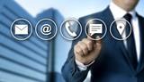Kontaktoptionen Konzept wird von Geschäftsmann gezeigt - 208783405