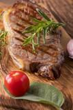 Gegrilltes Steak auf Holz mit Gewürzen - 208809207