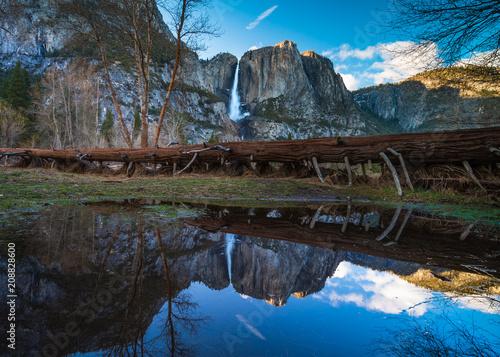 Fotobehang Zwart Reflection of Yosemite Falls in Merced River