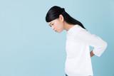 若い女性 ブルーバックイメージ - 208836865