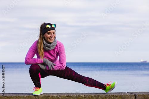 Kobiety sprawności fizycznej sporta dziewczyny trenować plenerowy w zimnej pogodzie