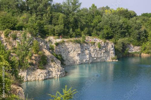 Aluminium Krakau Lagoon Zakrzowek in an old limestone quarry, emerald water, resting people, Krakow, Poland