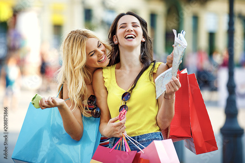 Leinwanddruck Bild Women enjoying shopping