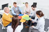 Gruppe Geschäftsleute sitzt im Kreis