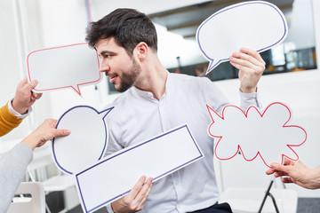 Mann im Workshop mit Sprechblasen