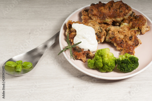 placki z brokułami i świeżymi ziołami - 208965848