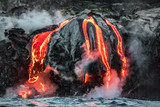 Hawajski strumień lawy wpływa do oceanu na Big Island z wulkanu Kilauea. Widok szczeliny erupcji wulkanicznej z wody. Czerwona stopiona lawa.