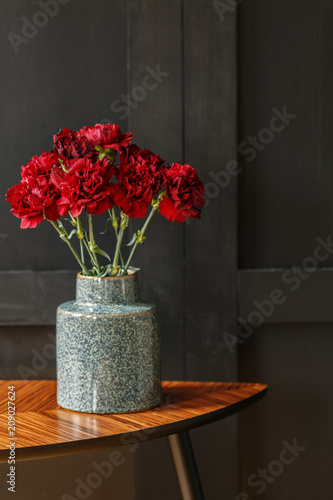 Foto Murales Red flowers against dark background
