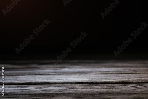 szara rustykalna drewniana powierzchnia na czarnym tle