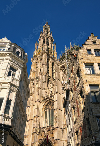 In de dag Antwerpen Amazing Bell tower with golden watch of the Cathedral of Our Lady. Tower is the highest in the Benelux
