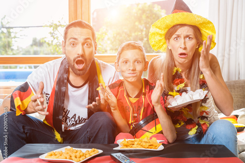 Leinwanddruck Bild Die ganze Familie ist Fan der deutschen Fußball Nationalmannschaft aber die verliert