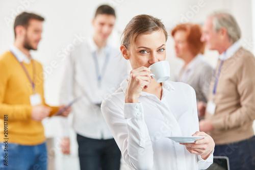 Junge Frau trinkt eine Tasse Kaffee - 209117881