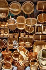 puesto de venta de cestos de mimbre