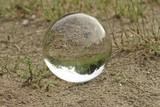 eine Glaskugel mit Spiegelung  - 209171229