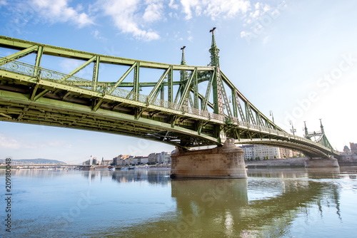 Widok na sławnym swoboda moscie na Danube rzece podczas ranku zaświeca w Budapest, Węgry