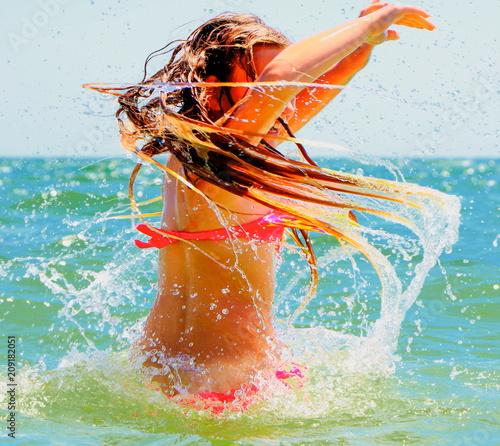 Nastolatka uwielbia pływać w morzu.