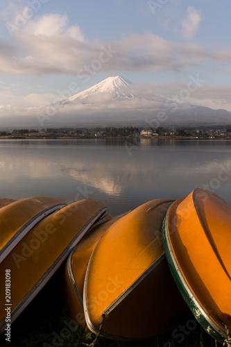 Leinwanddruck Bild Mountain Fuji and Kawaguchiko lake in early morning