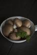 Champignons und Petersilie in einer kleinen Bratpfanne