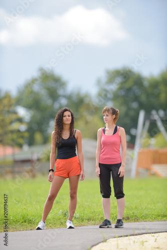 kobiety w odzieży sportowej