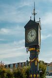 Historische Uhr an der Promenade der Ahlbecker Ostseeküste mit blauem Himmel. Insel Usedom, Deutschland - 209218287