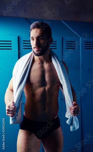 przystojny mięśni lekkoatletycznego mężczyzna z ręcznikiem