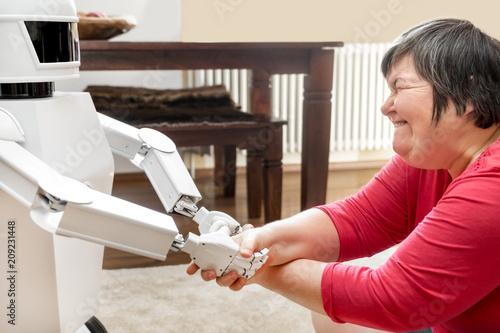 Geistig behinderte Frau spielt mit einem Roboter, Konzept Betreuung und Freundschaft