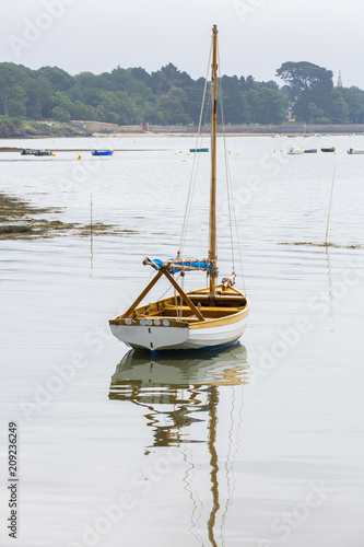 Fotobehang Zeilen Barque à voile dans la baie d'Arradon