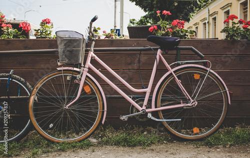 Plexiglas Fiets vintage pink cycle near cafe