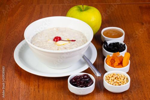 Fotobehang Kersen Delicious oatmeal porridge