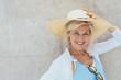 lächelnde ältere Frau mit einem Strohhut