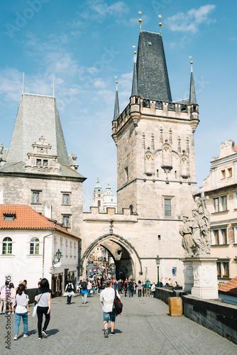 Ludzie i turyści na moście Karola - Mała Wieża - Praga