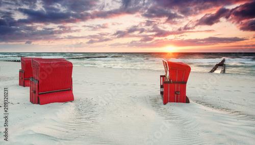 rote Strandkörbe am Meer