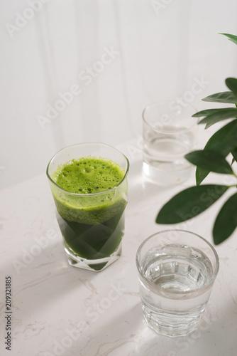 Zdrowy zielony smoothie. Naturalny, ekologiczny zdrowy sok w butelce do diety odchudzającej