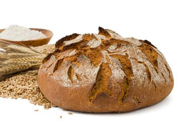 Schönes Brot mit Getreide und Mehl im Hintergrund