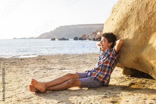 Foto Murales Relaxed boy at the beach