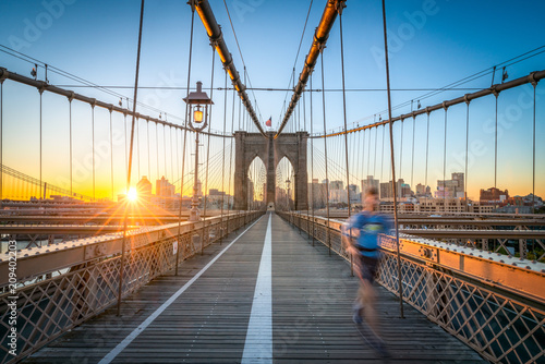 Foto Murales Jogger auf der Brooklyn Bridge in New York City, USA