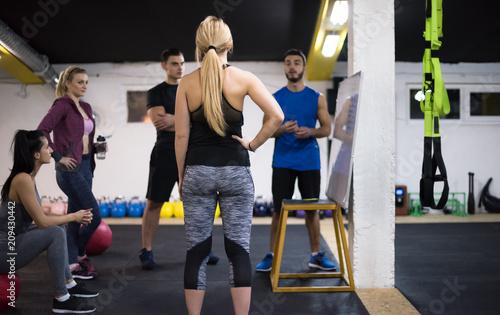 sportowcy pobierają instrukcje od trenera