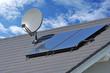 Leinwanddruck Bild - Solarthermische Anlage und Sateliten-Anlage auf einem neu gedeckten Ziegeldach montiert