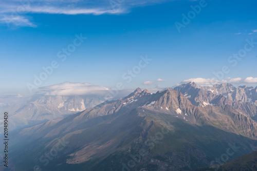 Krajobraz z majestatycznymi górami