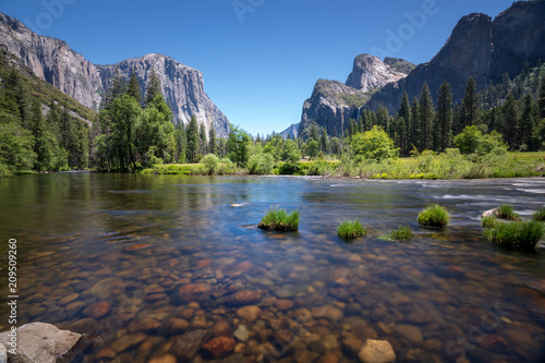 Classic valley view of Yosemite National Park - 209509260