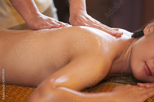 Młoda kobieta relaksuje po masażu na zdroju traktowaniu