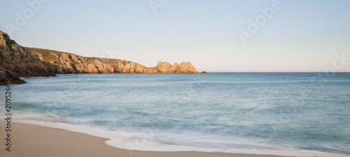 Oszałamiająco zmierzchu krajobrazu wizerunek Porthcurno plaża na Południowym Cornwall wybrzeżu w Anglia