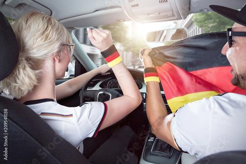 Jubelnde Fußballfans im Auto