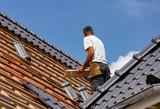 Handwerk - Dachdecker beim Eindecken eines Wohnhauses - 209541634